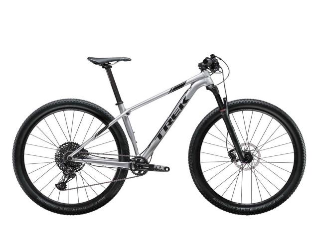 Procaliber 8 2019 má všetky prvky pretekárskeho XC horského bicykla - vidlicu RockShox Recon Gold s uzamykaním na riadidlách, radenie SRAM NX Eagle 12spd ! a ľahký hliníkový rám Alpha Platinum s pružiacim prvkom IsoSpeed, ktorý vyhladzuje nerovnosti trailu a je veľmi odolný. Jedná sa o XC hardtaily špičkovej kvality na vysokej výbave, vhodné pre jazdcov ktorí preferujú rýchle a dlhé jazdy. Doživotná záruka na rám je u výrobcu samozrejmosťou