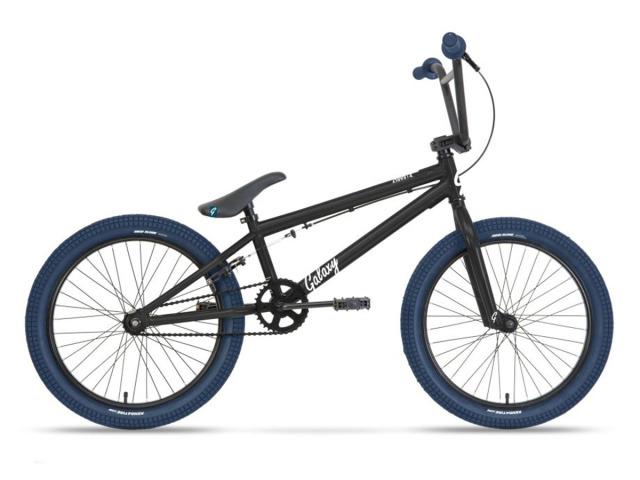 """Obľúbený freestylový bicykel vhodný pre mládež a začínajúcich profi jazdcov. Model je postavený na kvalitnom pevnom ráme a značkových komponentoch LeadTec a Nexelo. 20"""" spevnené kolesá sú osadené na plášťoch americkej značky Kenda. Platformové pedále sú súčasťou bicykla. Možnosť osadenia pegov."""