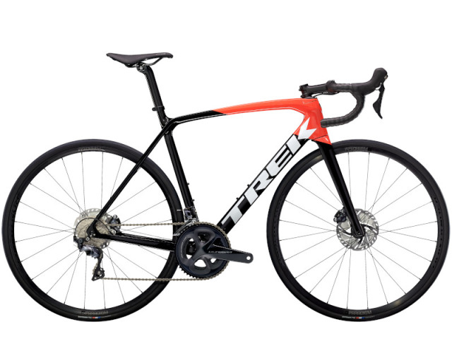 Émonda SL 6 Disc  patrí medzi prvé bicykle s karbonovími kolesami, ktoré zodpovedajú nízkej hmotnosti rámu. Aerodynamické tvarovanie, kotúčové brzdy a špičkové osadenie z neho robia vynikajúcu voľbu pre jazdcov, ktorý ocenia dokonalé ovládanie vo vysokých rýchlostiach.