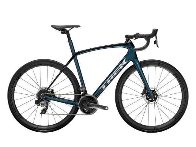 Domane SL 7 eTap je high-perfomance endurance bicykel s plne elektrickým bezdrôtovým radením Sram Force eTap AXS. Vďaka páru technológie pohlcujúcej nárazy IsoSpeed vpredu a vzadu, vnútornému úložnému priestoru, AXS wattmetru a kolesám vyrobeným z karbónu Aeolus Pro 3V OCLV si užijete dlhšie a zábavnejšie jazdy aké ste si kedy vedeli predstaviť.