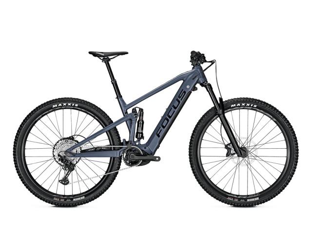 """Focus JAM² 6.7 PLUS 2021  je nekompromisný Enduro bicykel, s ktorým posuniete svoje hranice jazdenia ešte o kúsok ďalej. Super-ľahký karbónovy rám s 27+"""" palcovými kolesami umožňuje skvelý grip a vidlica Rock Shox Recon RL 29 Boost so zdvihom 150mm garantuje hladkú jazdu na trailoch. Vďaka kvalitnému osadeniu a výbornému motoru, ušetríte čas pri jazde do kopca a tým pádom vám ho zostane viac na zábavu v zjazde."""