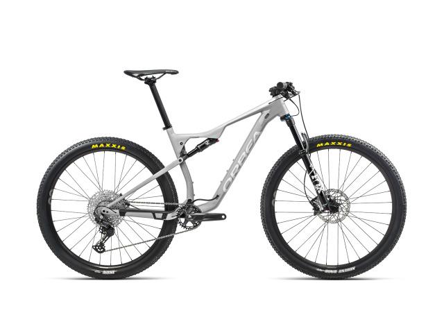 Horské bicykle Orbea OIZ spájajú pokrokovú konštrukciu rámu so sofistikovaným systémom pruženia a komponentmi na najvyššej úrovni, aby pomohli tým najskúsenejším jazdcom pri hľadaní rýchlosti na technických XC tratiach. Najvyšší level karbónu OMX je použitý v prednom aj zadnom trojuholníku, aby poskytoval optimálny pomer tuhosti k hmotnosti. Vidlica FOX 32 Float Rhythm poskytuje 100mm zdvihu pre kontrolu nad rôznymi povrchovými podmienkami. Rám a vidlica sú realizované pomocou geometrie Orbea's World Cup Geometry, ktorá je agresívna a precízne vyladená tak, aby jazdca dostala do optimálnej polohy, pre čo najefektívnejší prenos sily.