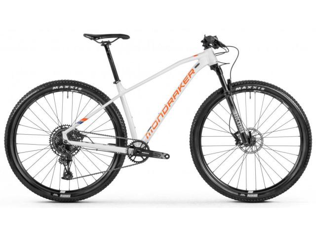 Menej je niekedy viac! Je možné, že ste na prvom kroku začiatku cyklistickej kariéry ? Alebo len chcete rýchly bicykel bez utratenia všetkých peňazí ? Či tak alebo onak, vstupný bod - Mondraker Chrono s rámom Xtralite Alloy má všetko čo potrebujete pre maximálnu rýchlosť. Je ostrý ako britva, ale ovládateľnosť Forward Geometry je precízna, čo ešte umocňuje vidlica RockShox Judy. 12-rýchlostné hnacie ústrojenstvo prechádza cez plášte Maxxis Ikon na širokých, ale ľahkých ráfikoch.