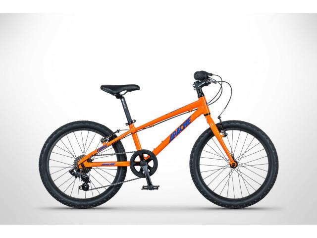 Komfortný detský bicykel českej značky Apache. Nová geometria je veľmi pohodlná a tak mladým jazdcom nebude nič brániť užívať si jazdu na ich obľúbených lesných chodníčkoch alebo cyklochodníkoch. Skvelé vybavený bicykel bude výborným spoločníkom na trávenie voľného času.