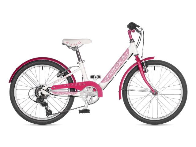 Dievčenský bicykel Author Melody v každom detaili myslí na svoju malú jazdkyňu. Štýlový kryt na reťaz, blatníky, ergonomické radenie, ľahko ovládateľné brzdy, to všetko poskytuje pocit bezpečia a stability. 6 rýchlostí ponúka škálu možností využitia. Ľahký duralový rám s dobre nastaveným ťažiskom. Detský bicykel, ktorý si dievčatá zamilujú na prvý pohľad.